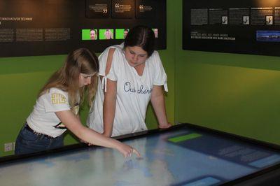 Die Meeresforscherinnen Sandra und Emilie auf Exkursion im Institut für Ostseeforschung Warnemünde